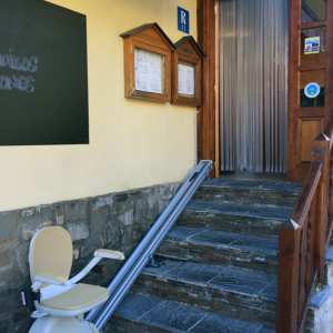 Instalación de accesorios de eliminación de barreras arquitectónicas